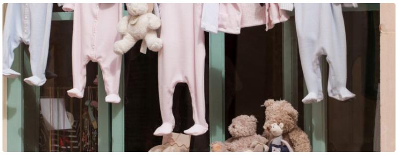 Beim Kauf von Baby-Kleidung mit Gutscheinen von babymarkt sparen.